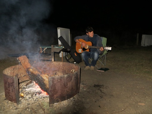 Feu de bois et guitare avant une nuit à la belle étoile