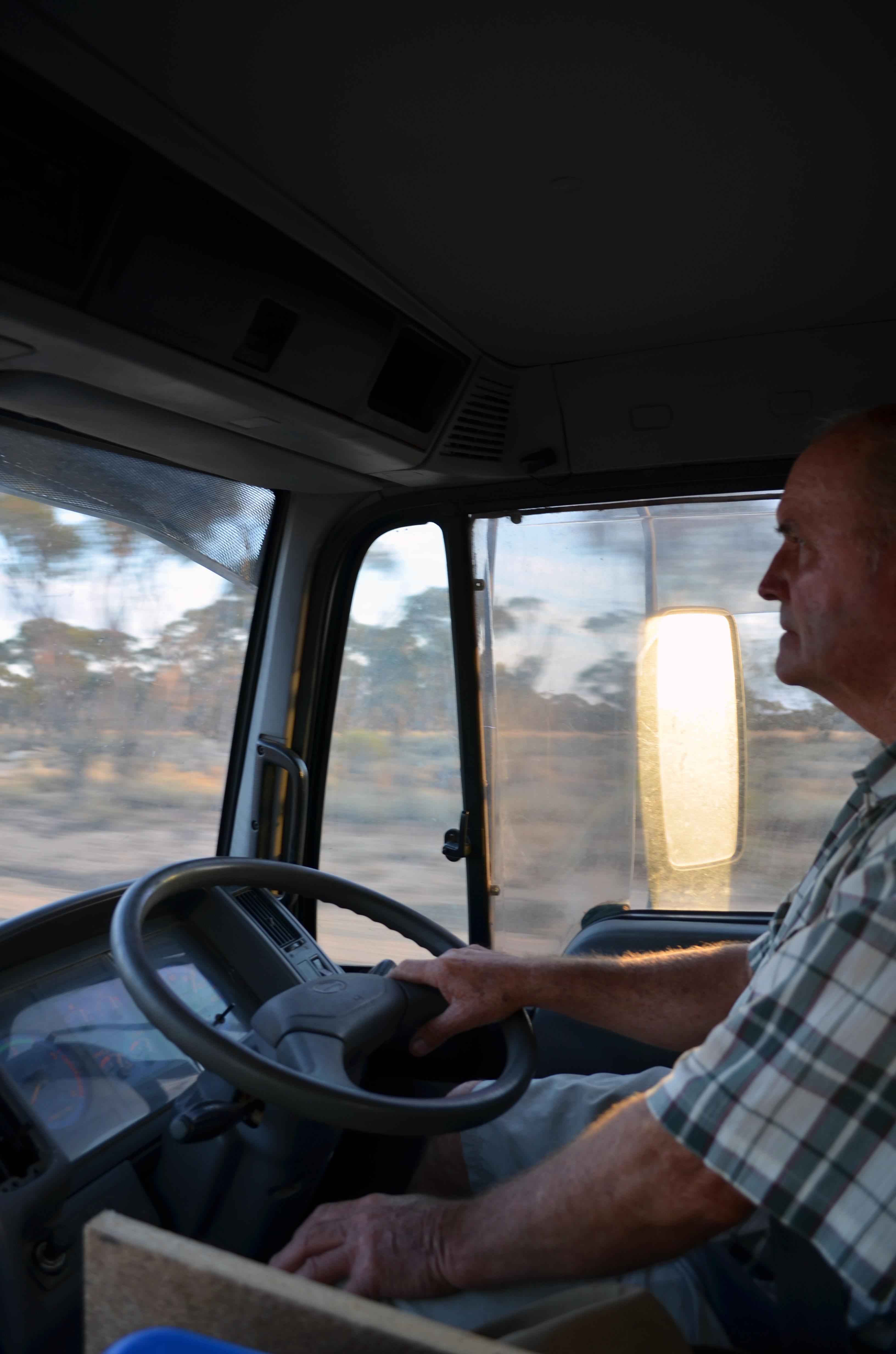 Bruce au volant du camion qu'on a retapé