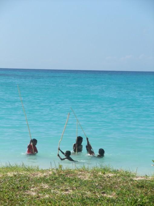 Les enfants du village jouent dans l'eau