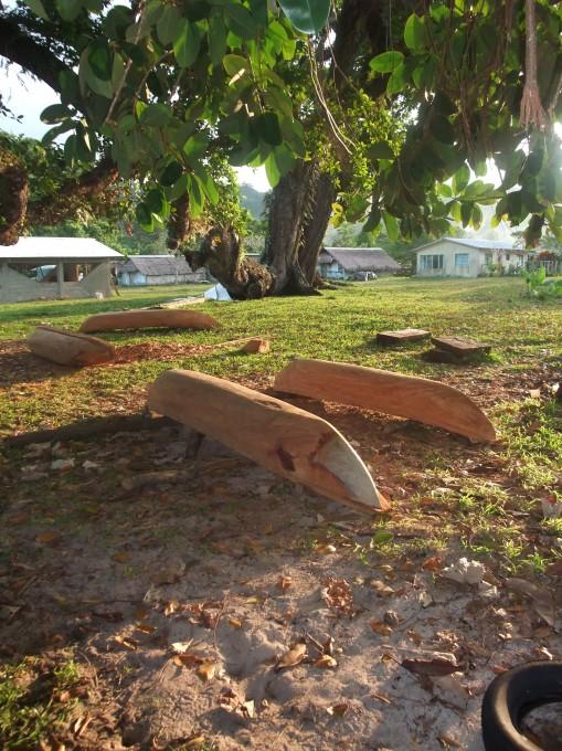 Fabrication de pirogues au village
